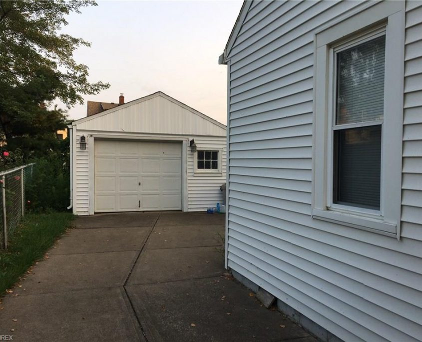 בתים בארצות הברית - בית למכירה בארצות הברית (קליבלנד אוהיו) - מעבר צידי לחניון